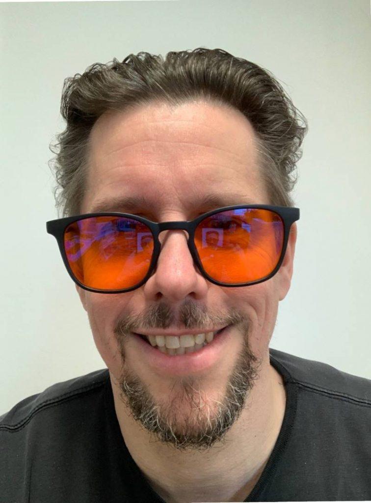 Wizion-Brille aufgesetzt